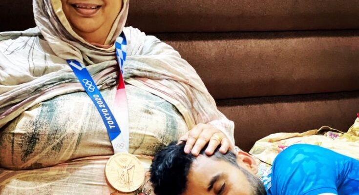 Hockey captain Manpreet Singh arrives home after making history, takes mother's blessing