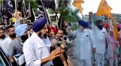 Shiromani Akali Dal marches to CM Charanjit Singh Channi's residence to protest against non-receipt of adequate compensation to farmers